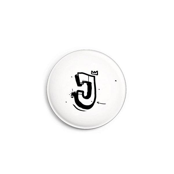 Buchstabe J Graffiti Button von Daniel Bandholtz
